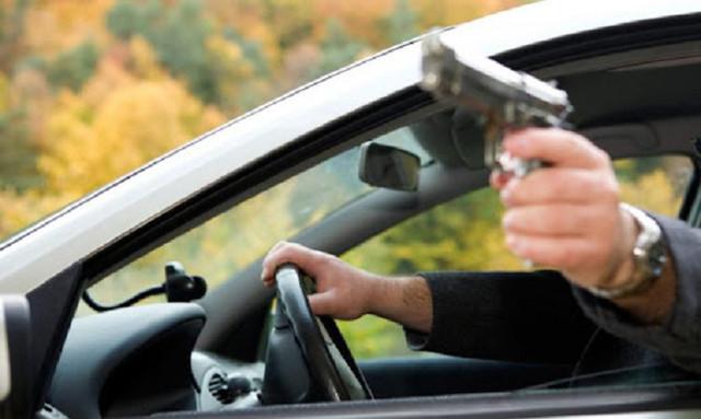 В Черновцах вооруженный мужчина расстрелял автомобиль с детьми