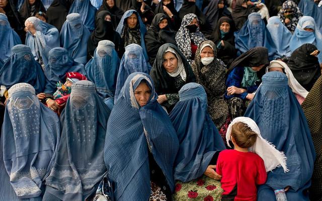 Талибы запретили женщинам работать: мэрия только для мужчин