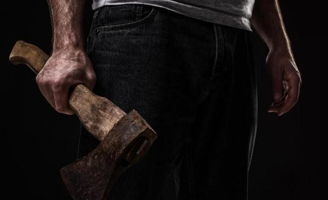 Мужчина бегал с топором по улицам Днепра: избил женщину до обморока