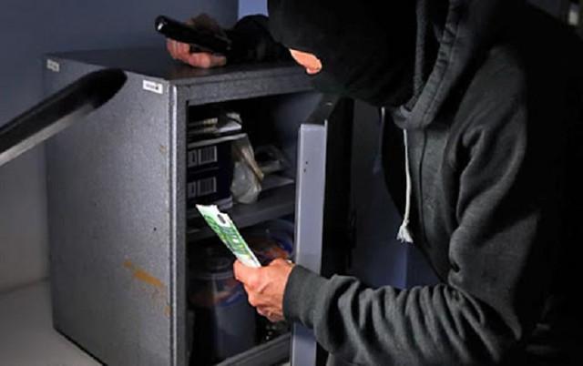 В Киеве на Печерске без взлома выкрали из домашнего сейфа 100 тысяч долларов