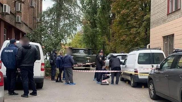 Расстрелянный в Черкассах мужчина оказался лидером ОПГ. Его убивали люди в черной одежде с надписью СБУ
