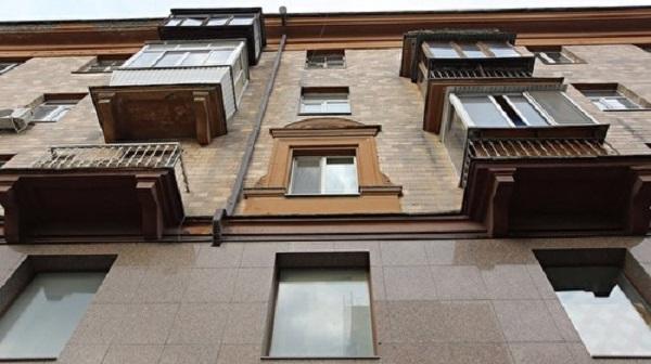 Петербуржец из-за ревности зарезал и скинул с 13-го этажа супругу-сексолога