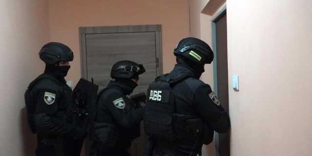 Подкладывали наркотики в посылку и вымогали деньги: в Киеве задержали банду, состоящую из таксистов и псевдополицейских