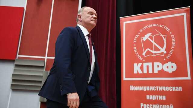 На Урале КПРФ возложила венки к зданию избиркома из-за несогласия с результатами выборов