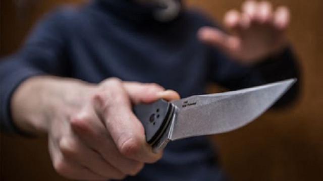 Россиянину проткнули шею ножом в собственной квартире