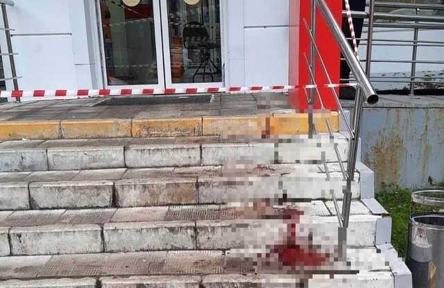 Появилось видео нападения мужчины с топором на покупателей магазина в Москве