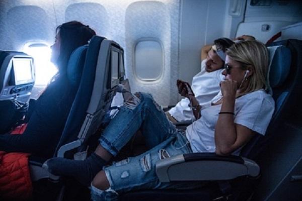 Пассажиры летевшего в Сочи самолета рассказали о панике после удара молнии