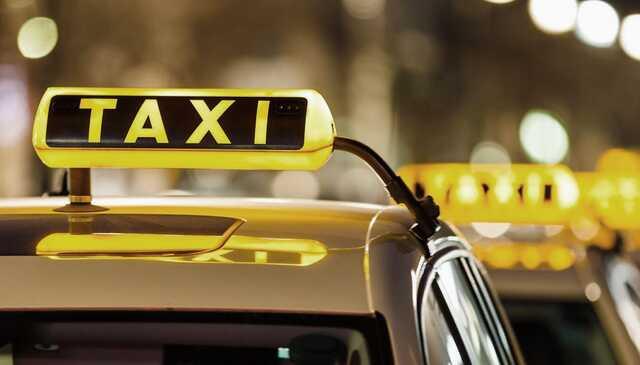 Драка таксиста с тремя мужчинами на черном джипе в Москве попала на видео