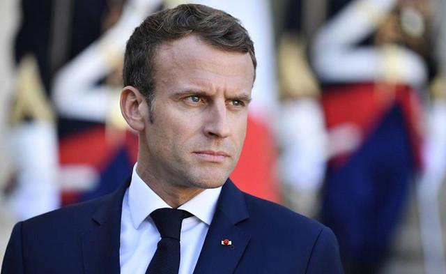 В президента Франции Эммануэля Макрона попали яйцом