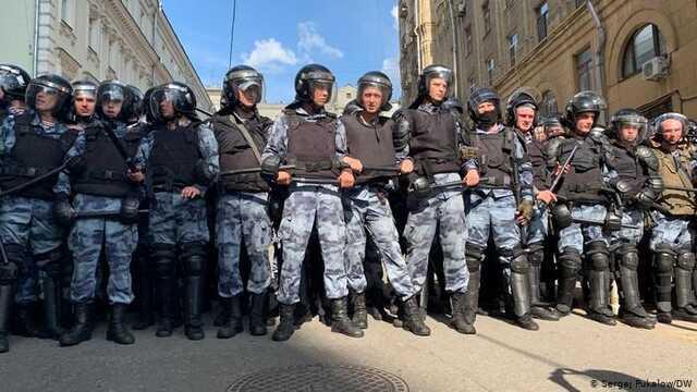 Путин пообещал увеличивать зарплаты силовиков на 9% в год